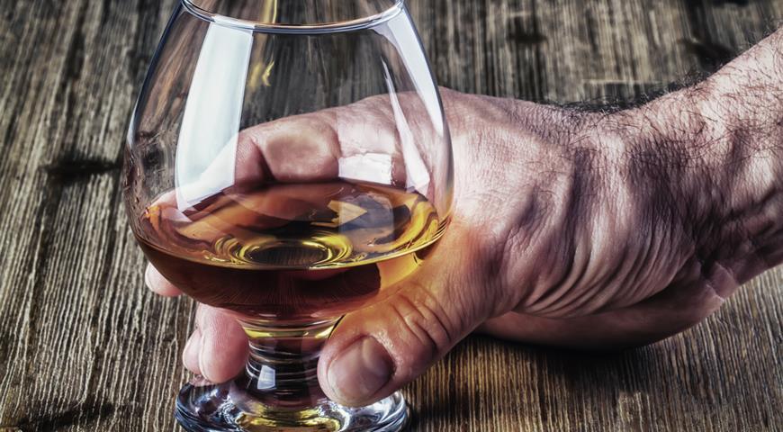 Заговор от пьянства читают на остатки спиртного в стакане
