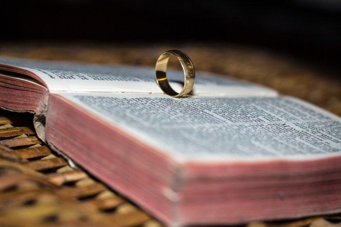 Обручальное кольцо как символ скорой беременности