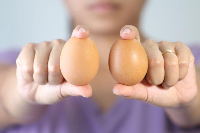 Заговоры на возврат денег читают на куриные яйца