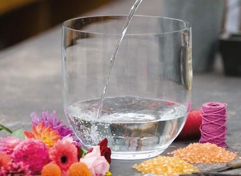 Стеклянная чаша с водой готовится на возврат любви и страсти