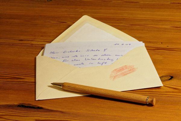 Приворожить мужчину можно с помощью написанного от руки письма