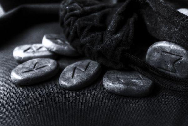 С рунами можно проводить самые разные ритуалы