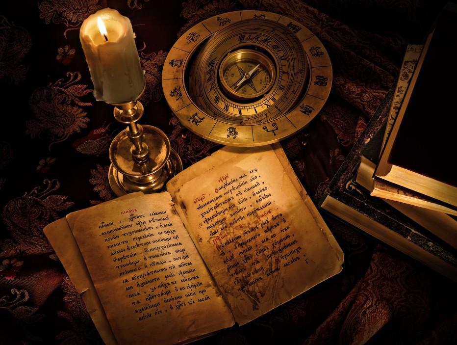 Атрибуты белого мага: книга заклинаний, свечи, компас