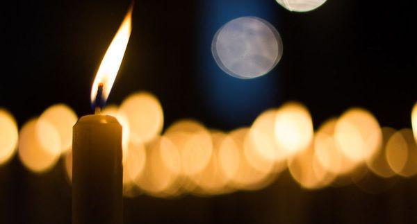 Заговорить возврат долга можно с помощью свечей из церкви